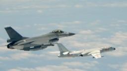 台湾F16战机监控伴飞在台湾南部巴士海峡上空飞行的中国空军H-6K轰炸机。(2018年5月11日)