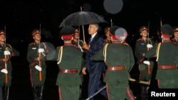 동남아시아국가연합(아세안) 정상회의 참석을 위해 5일 빗속에 라오스에 도착한 바락 오바마(가운데) 미국 대통령이 공항에서 의장대를 사열하고 있다.