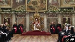 Paus Benediktus XVI memberikan pidato tahunan di hadapan para diplomat dari sekitar 180 negara di Vatikan hari Senin (7/1).
