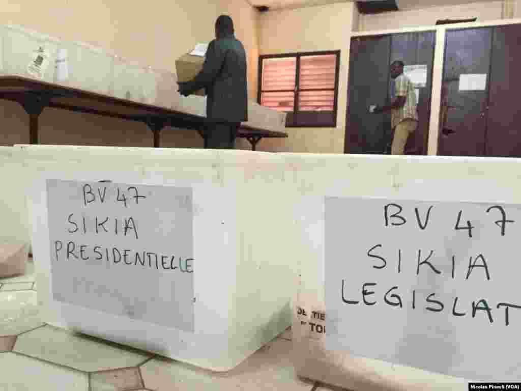 Des urnes destinées au bureau de vote de Sikia à Niamey. (VOA/Nicolas Pinault)