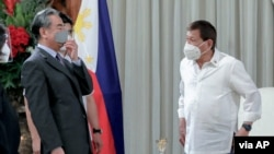 FILE - Philippine President Rodrigo Duterte (R) chats with Chinese Foreign Minister Wang Yi at the Malacanang presidential palace in Manila, Jan. 16, 2021. (Image: Malacanang Presidential Photographers Division)