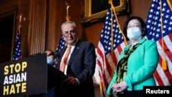 El líder de la mayoría en el Senado, el demócrata Chuck Schumer, y la senadora Mazie Hirono participan en una rueda de prensa, el 22 de abril de 2021.
