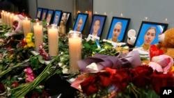 Hoa và nến được đặt trước di ảnh của phi hành đoàn chiếc máy bay Ukraine 737-800 rớt bên ngoài Tehran, tại lễ tưởng niệm ở phi trường quốc tế Borispil bên ngoài Kyiv, Ukraine.