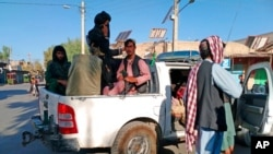 Pejuang Taliban berpatroli di dalam kota Farah, Ibu Kota Provinsi Farah barat daya Kabul, Afghanistan, 11 Agustus 2021. (Foto: AP)