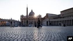 Un oficial de policía patrulla la vacía Plaza de San Pedro en el Vaticano. Abril 10, 2020. Foto: AP.