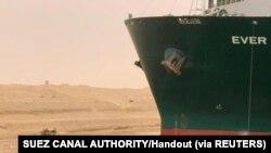 Фото: Працівники поблизу судна Ever Given в Суецькому каналі