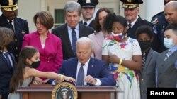 El presidente de EE. UU., Joe Biden, firma una ley que otorga Medallas de Oro del Congreso a cuatro policías que protegieron el Capitolio en el asalto del 6 de enero.