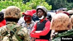 Mgombea urais nchini Uganda Robert Kyagulanyi, maarufu kama Bobi Wine, baada ya kukamatwa alipowasili kisiwani Kalangala katikati mwa Uganda, Dec. 30, 2020.