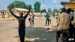 Les gens sont obligés de marcher les mains sur la tête lorsqu'ils passent les points de contrôle de sécurité, au marché d'Obalende, Lagos, Nigéria, le 24 octobre 2020.