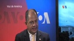 El presidente Luis Guillermo Solís conversa con la VOA