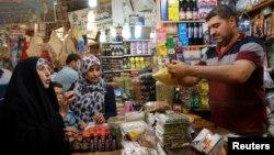 6일 이라크 바그다드 중심가의 시장에서 무슬림교도들이 라마단을 위한 물품을 구매하고 있다.