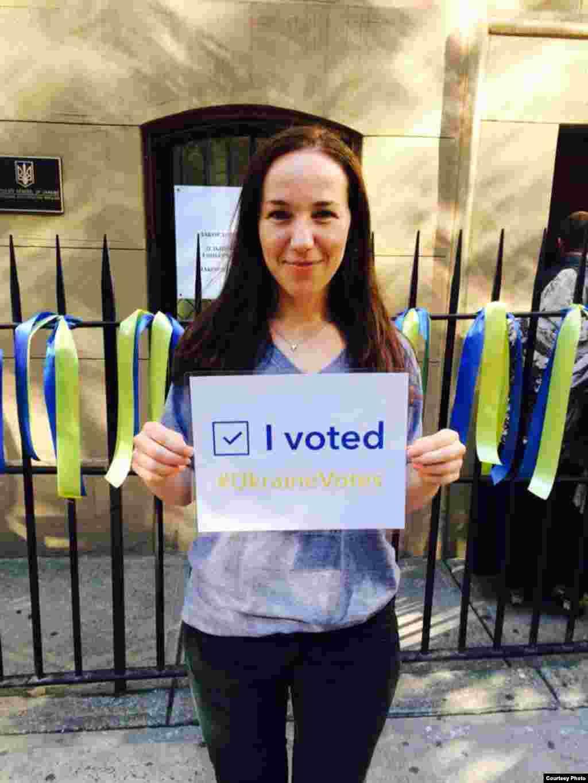 Нью-Йорк. Українці, які вже проголосували позують з плакатами.