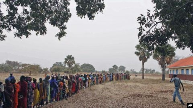 Returnees from north Sudan wait in line for World Food Program staff to start distributing food in Wanjak near Aweil in the northern Bahr el Ghazal state in south Sudan. (File Photo)