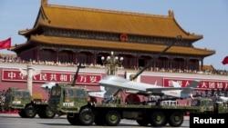 中國為紀念二戰勝利70週年舉行的閱兵式上展示中國造無人機翼龍。(2015年9月3日)