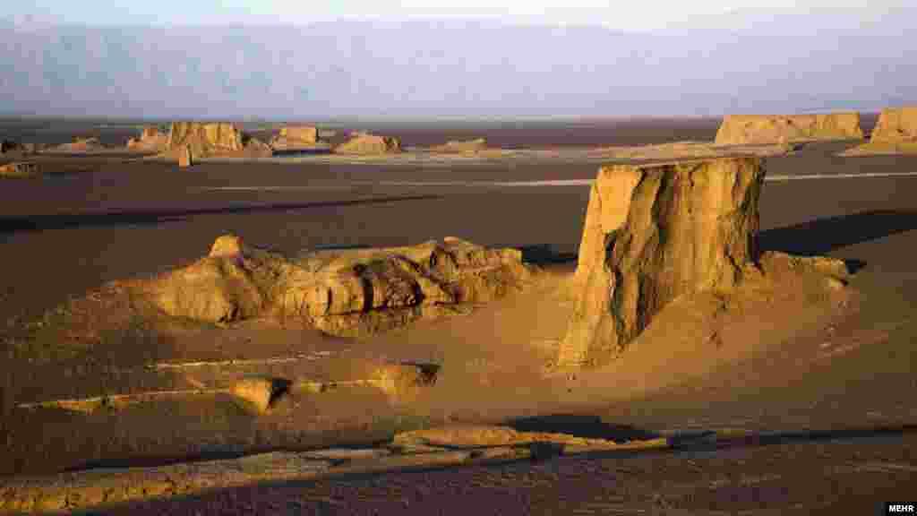 یکی از زیباترین كویرهای دنیا با كلوت های منحصربه فردش در منطقه شهداد كرمان قرار دارد تا جایی كه میتوان این منطقه را نمایشگاهی از زیباییهای كویر نامید. عکس: امید شاکری، مهر