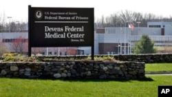 """Entrada al Centro Médico de Devens donde permanece el sospechoso del atentado en Boston, Dzhokhar Tsarnaev. Las autoridades centran las investigaciones en un un """"maestro""""."""