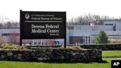 연방법원 대변인은 보스턴 테러 용의자 조하르 차르나예프가 26일 보스턴 지역 병원에서 연방 의로 구치소로 이송했다고 밝혔다. 사진은 매사추세츠 주 데번스 지역의 연방 의료 구치소 입구.