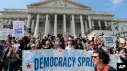 Para demonstran di di depan gedung Kongres di Washington, DC (11/4). (AP/J. Scott Applewhite)