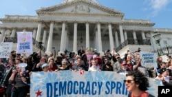 """ائتلاف موسوم به """"بهار دموکراسی""""، متشکل از چند گروه مختلف، تظاهرات روز دوشنبه در مقابل کنگره را سازماندهی کرده بود"""