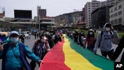 Marcha contra un proyecto de ley promovido por el gobierno del presidente Luis Arce para combatir el lavado de dinero y la evasión de impuestos, pero que legisladores de la oposición dicen que viola los derechos de los ciudadanos, en La Paz, el 11 de octubre de 2021.