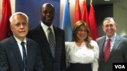 非政府组织关怀非洲主席达瑞斯•曼斯(左二)