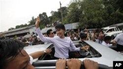Aung San Suu Kyi disambut para pendukungnya saat keluar dari markas besar partai Liga Nasional untuk Demokrasi di Rangoon (2/4).