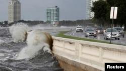 Visoki talasi na Floridi uzrokovani tropskom olujom