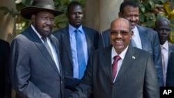 Presiden Sudan selatan Salva Kiir (kiri) menyambut tamunya Presiden Sudan Omar al-Bashir sebelum pembicaraan di ibukota Juba, Senin (6/1).