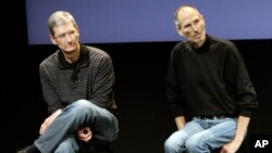 FILE - This July 16, 2010, photo shows Apple's Tim Cook, left, and Steve Jobs, right, during a meeting at Apple in Cupertino, California. Apple wants to encourage millions of iPhone owners to register as organ donors through a new software update. Jobs himself was an organ recipient.