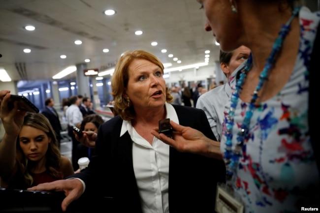 La senadora Heidi Heitkamp, demócrata por Dakota del Norte habla con periodistas en el Capitolio, en esta foto del 24 de julio de 2018.