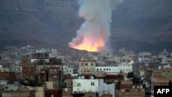 Smoke billows following an airstrike by the Saudi-led coalition targeting an arms depot in the Mount Noqum area on the eastern outskirts of Sana'a, Yemen, May 11, 2015.