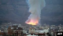 Asap membubung menyusul serangan udara dari koalisi pimpinan Saudi di wilayah Gunung Noqum di sebelah timur pinggiran kota Sana'a, Yaman (11/5). (AFP/Mohammed Huwais)