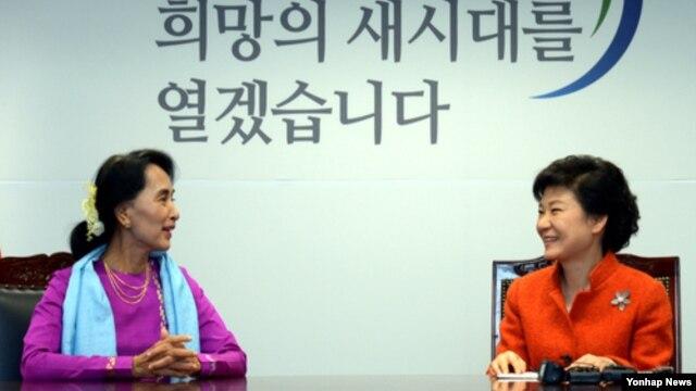 29일 한국 서울 집무실에서 아웅산 수치 여사(왼쪽)를 접견한 박근혜 대통령 당선인.