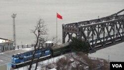 """用于中朝贸易运输的鸭绿江""""中朝友谊桥""""(美国之音张楠拍摄)"""