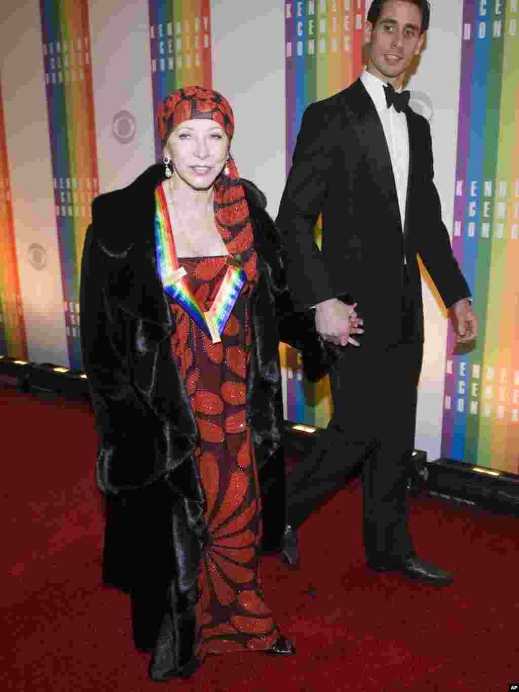 La bailarina Natalia Makarova llegó acompañada de su hijo a la premiación donde fue reconocida por su aporte a las artes y a la cultura estadounidense.