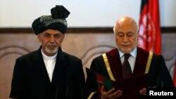 加尼(左)宣誓就任阿富汗总统