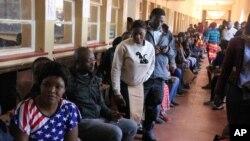 Les électeurs zambiens font la queue devant un bureau de vote à Lusaka, Zambie, 11 août 2016.