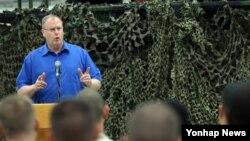 방한 중인 로버트 워크 미국 국방부 부장관이 21일 경기도 평택 주한 미군 오산공군기지에서 장병들과 대화하고 있다.