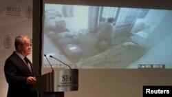 El comisionado nacional de seguridad, Monte Alejandro Rubido, muestra los vídeos del escape de El Chapo Guzmán.