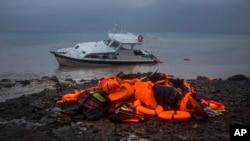 Salvavidas usados por refugiados yacen en una playa del mar Egeo en Turquía.
