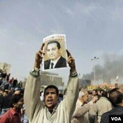 Demonstran menuntut Mubarak untuk turun. Pengamat berpandangan Mubarak meremehkan kemarahan rakyat Mesir.