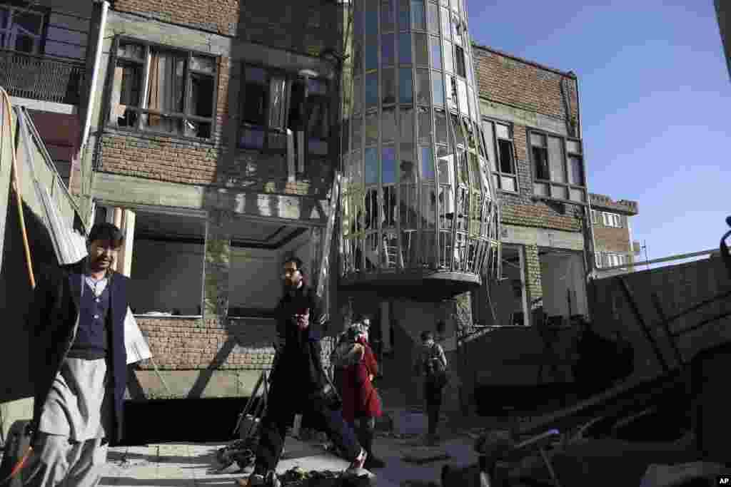 افغانستان کے دارالحکومت کابل میں واقع ایک افغان خبر رساں ادارے کے دفتر اور اس سے متصل ایک ثقافتی مرکز پر خود کش حملے میں کم از کم 40 افراد ہلاک ہوگئے ہیں۔