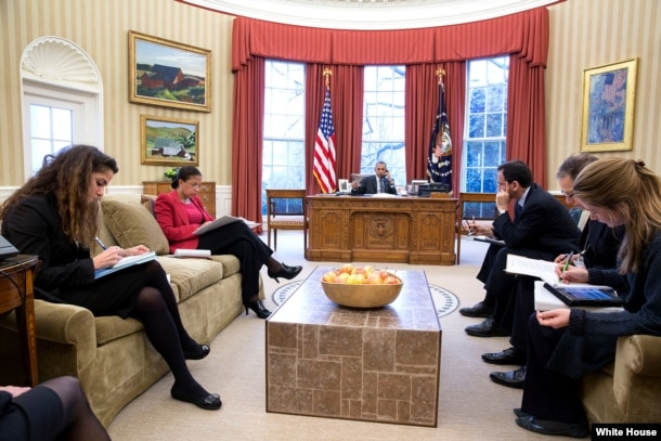 سحر نوروز زاده (چپ) در یکی از جلسات شورای امنیت ملی در کاخ سفید با حضور پرزیدنت اوباما