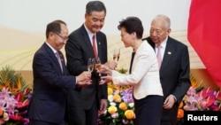 香港中联办主任王志民(左一)和香港特首林郑月娥(右二)2019年7月1日在庆祝香港主权移交22周年的庆典上。