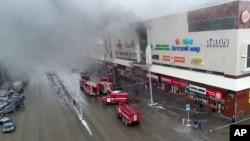 En esta foto del Ministerio de Situaciones de Emergencias de Rusia tomada el domingo, 25 de marzo, de 2018, se ve humo sobre el centro comercial incendiado en Kemerovo, Rusia.