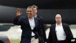 2일 미 오하이오주 톨레도 공항에서 지지자들에게 손을 흔들어 보이는 바락 오바마 미국 대통령.