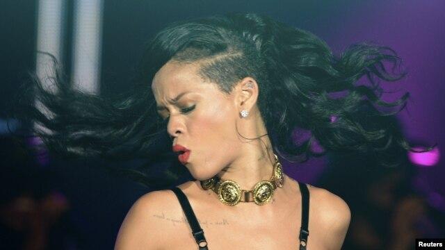 Rihanna en su presentación en Londres como parte de la excéntrica gira 777.