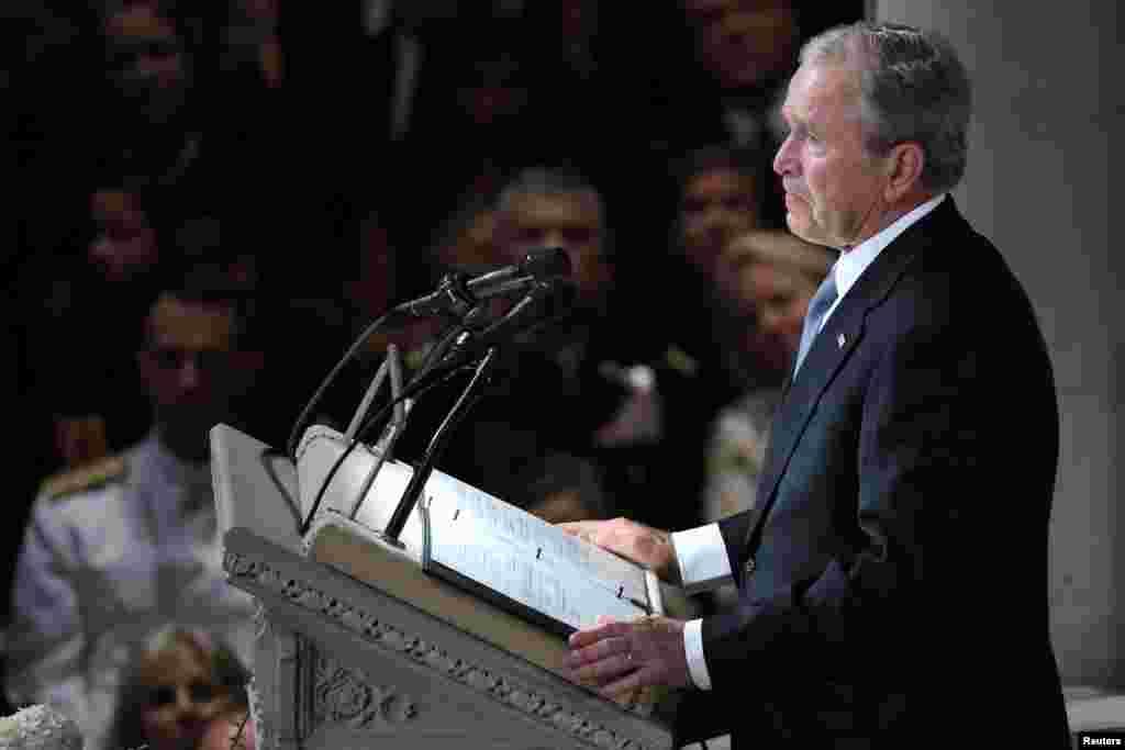 """Bivši predsednik Džordž Buš, koji je 2000. pobedio Mekejna na unutarstranačkim izborima republikanaca, pohvalio je Mekejnovu """"kombinaciju hrabrosti i pristojnosti"""", ističući da je prezirao zloupotrebu vlasti."""
