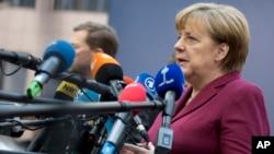 Kanselir Jerman Angela Merkel berbicara kepada media saat tiba untuk menghadiri KTT Uni Eropa di Brussels, Kamis (15/12). (AP/Virginia Mayo)