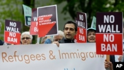 Des manifestants protestent contre le décret anti-immigration de Donald Trump, à Seatle, le 15 mai 2017.